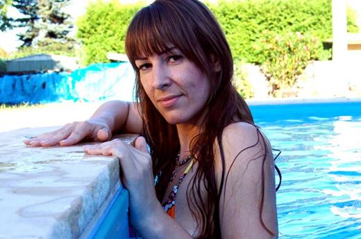 brünettes livesex girl zeigt sich im privaten pool
