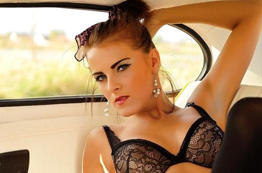 livesex girl zeigt sich in sexy unterwäsche im freien